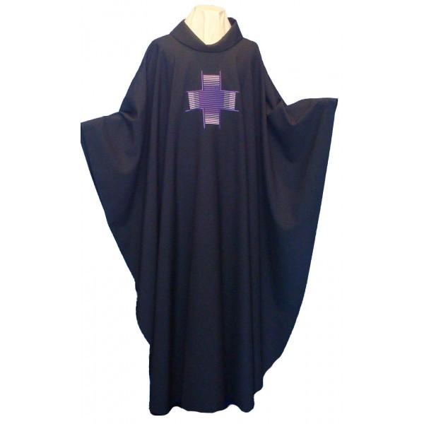 schwarzes Messgewand mit violettem Kreuz bestickt