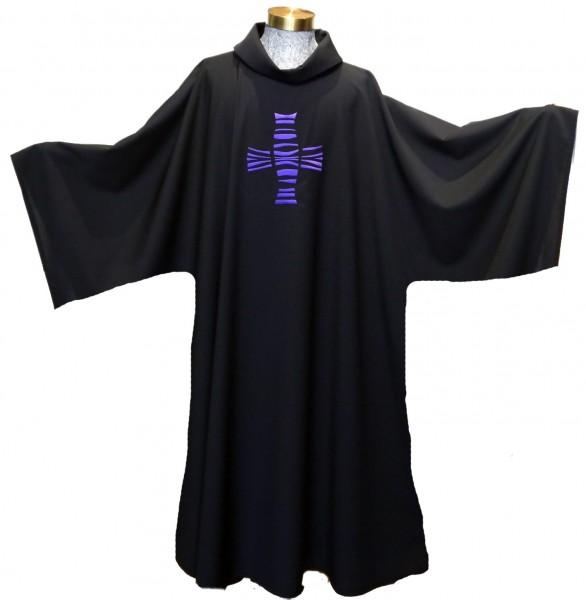Schwarze Dalmatik mit violettem Kreuz