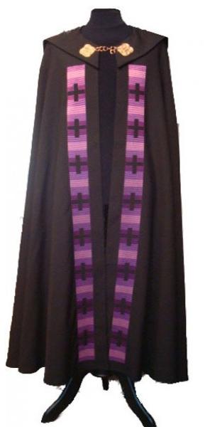 Chormantel schwarz mit Kreuzstäben in violett - Vorderteil