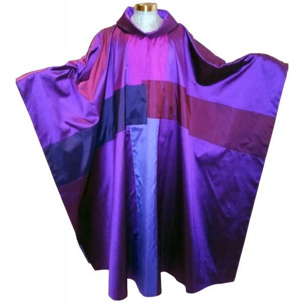 dunkelviolette Seidenkasel mit 4-teiligem Kreuz