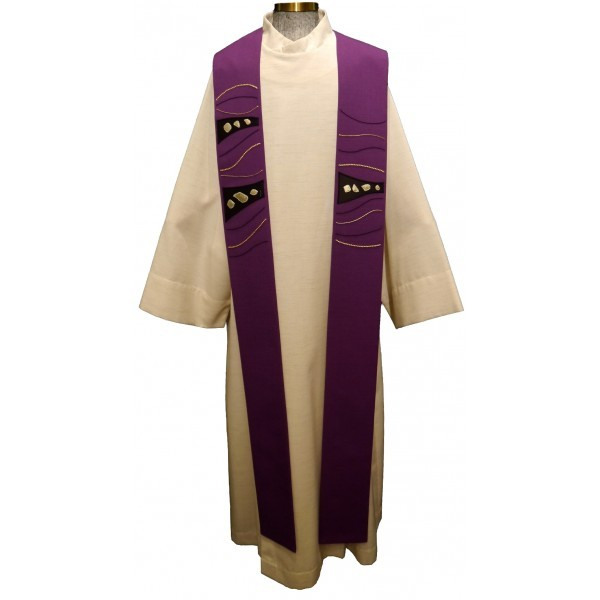 Stola - violett mit Seidenapplikation und Linien- handbestickt