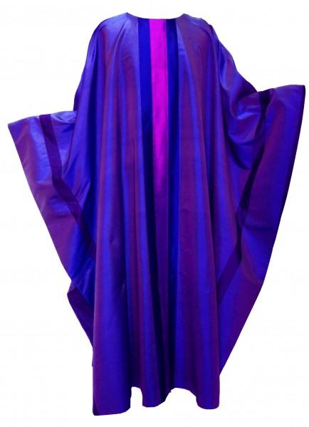 violette Seidenkasel mit aufgesetzten Streifen