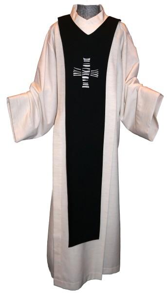 schwarzes Scapulier mit grauem Kreuz bestickt