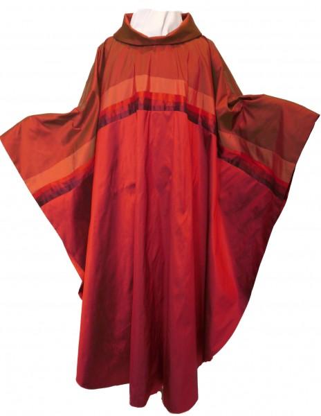 Rotes Seidengewand mit Querblende